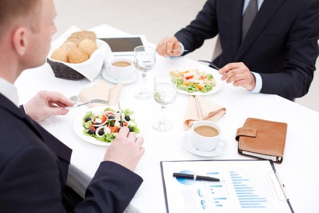 Ngồi cùng mâm cũng góp phần nhìn thấu bản chất một người, ai làm được 2 điều sau trong bữa ăn sớm muộn cũng có ngày công thành danh toại