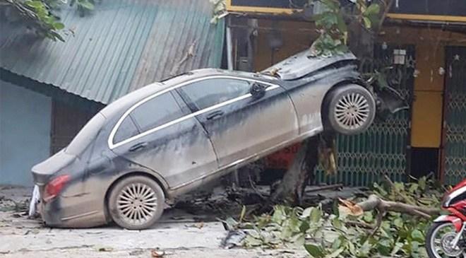 """Ô tô Mercedes mất lái """"trèo"""" lên cây bàng, người dân giải cứu tài xế đưa đi cấp cứu"""