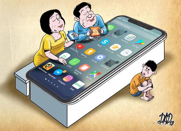Trẻ bị bỏ rơi ngay trong nhà vì bố mẹ mải xem điện thoại, tivi