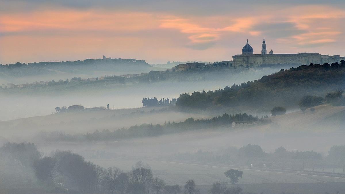 Scattare colline tra la nebbia  Il Fotografo
