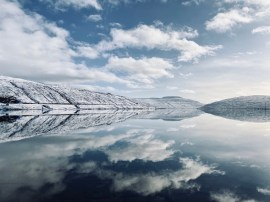 isole_faroe_lago_inverno_riflesso_neve