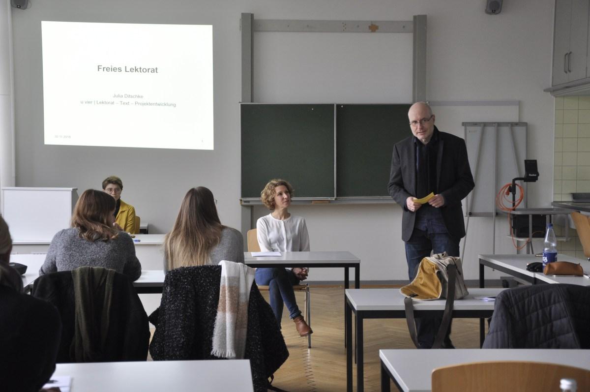 """Julia Ditschke referiert zum Thema """"Freies Lektorat"""" im Rahmen des Germanistk-im-Beruf-Workshops. (Foto: Carsten Vogel)"""