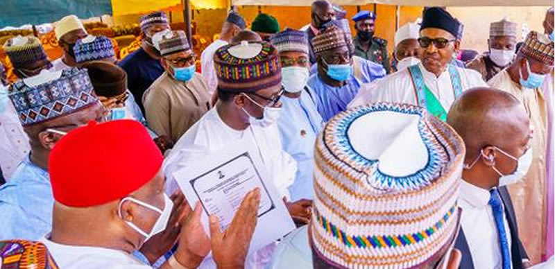 outrage-as-buhari-breaks-covid-19-law-removes-mask-in-public
