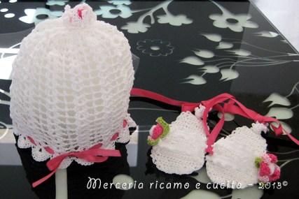 Cuffia con fiore e sandaletti per neonata all'uncinetto
