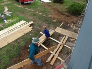 Alexander hilft beim Bau des Häuschens...