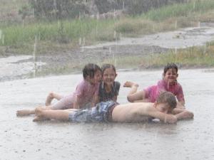 Ein rechter, warmer Regenguss... zur Freude der Kinder...