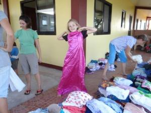 Kleider sortieren um sie weiter zu verschenken...