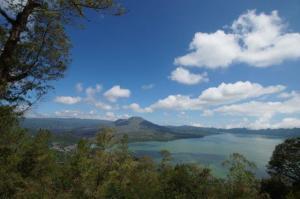 Oben am Kraterrand, dazwischen ein Vulkansee und dahinter wieder ein Vulkan...