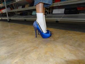 So viel Spass all die Schuhe zu probieren... obwohl es gar nicht dem Geschmack von Julia entspricht...