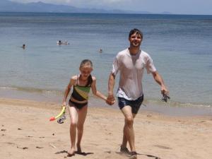 Julia und Papa zurück vom Schnorcheln...