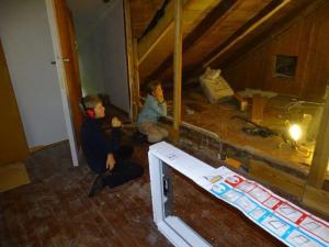 Von wegen Schule... ist doch auch Unterricht... da zuschauen wie Janus das Fenster einbaut...