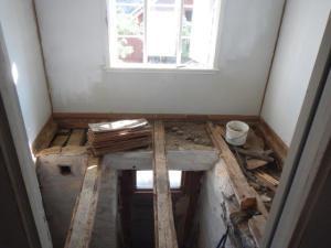 Der Küchenboden ist draussen... Claudio hat alles gedichtet und teils schon isoliert... die Mäuse sind nicht willkommen...