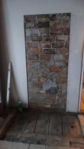 Hinter diesen Bachsteinen ist der Kamin und der linke Teil der Wand wird grösstenteil auch noch weg müssen...