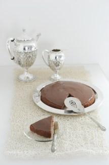 Torta al latte caldo con crema al caramello https://gikitchen.wordpress.com/2014/10/18/torta-al-latte-caldo-con-cacao-e-crema-al-caramello/