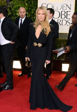 Kate Hudson looks amazing in this Alexander McQueen black gown, with gold ensembles and that fearless eyes. Roar !