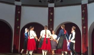 Gimnazijalci izvode tradicijske plesove