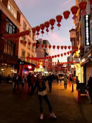 Soho. Kineska četvrt poznata po brojnim restoranima. Živahan dio grada poznat po noćnom životu.