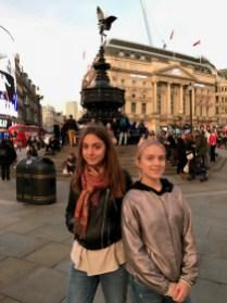 The Piccadilly Square. Jedna od glavnih turističkih destinacija. Označava križanje nekoliko glavih cesta. Omiljeno okupljalište uličnih zabavljača.