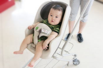 買い物中に赤ちゃんが泣くと困ってしまう!そんなときに試したい方法