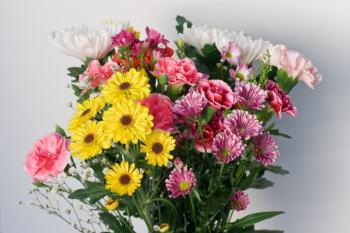 お墓参りで供える花を長持ちさせるコツ