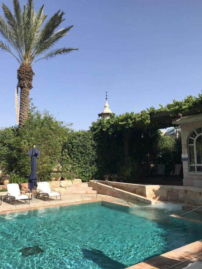 בריכת המלון. קטנה, מזמינה ומקסימה. על אף שהיא מחוממת, הבריכה פתוחה רק בחודשי הקיץ. מעליה משקיף מסגד. קריאות המואזין נותנות אוירה מיוחדת.