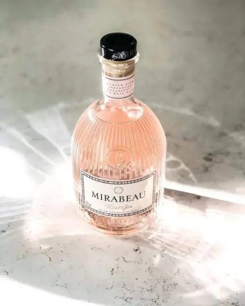 Billede af en flaske Mirabeau gin på et bord