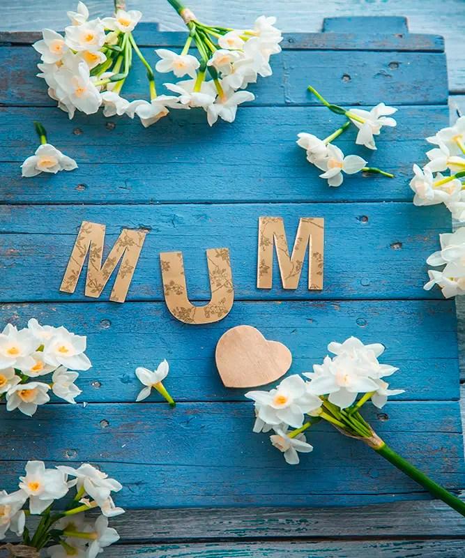 Billede af et bord med bogstaver der danner ordet mum