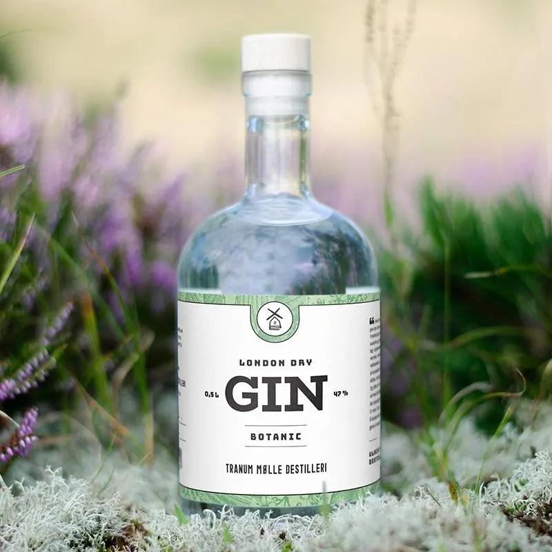 Billede af en flaske tranum mølle botanical gin i skorven