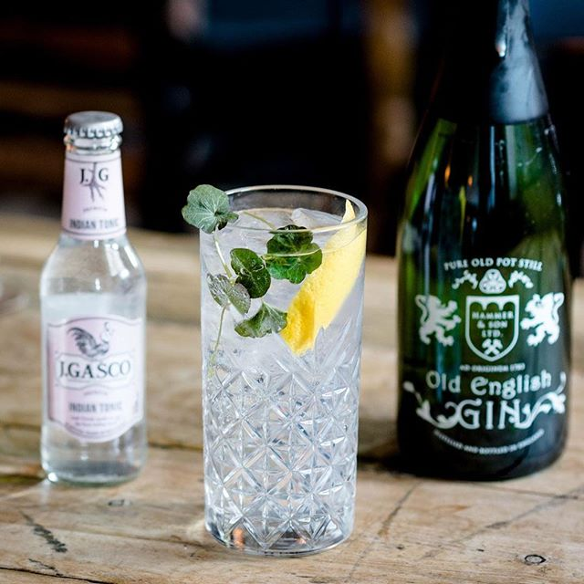 Old English Gin Servering