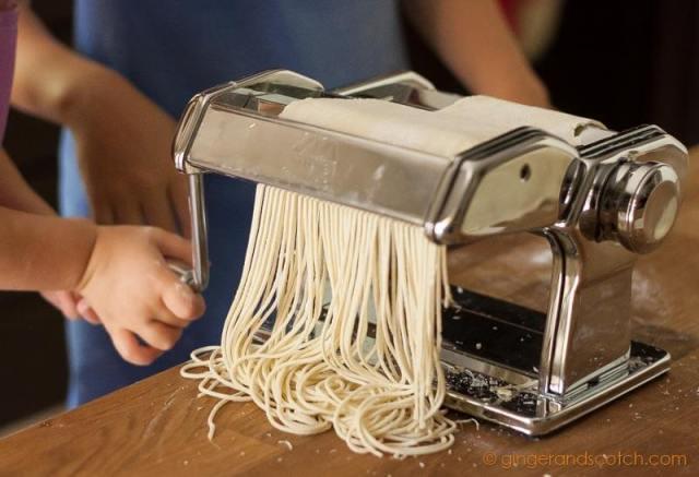 Cutting ramen dough into strands