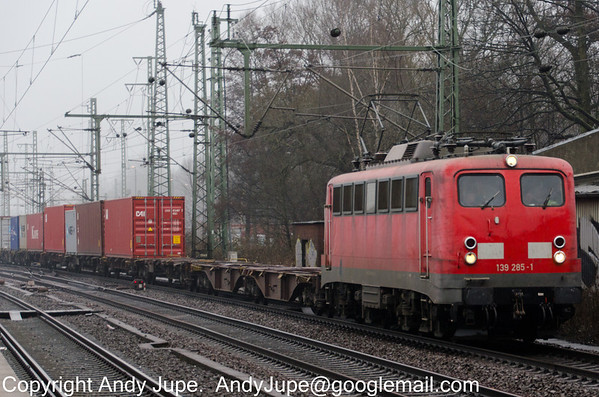 Class 139 285-1 heads an inter-modal service north through a damp and murky Hamburg Harburg on the 11th of April 2013.