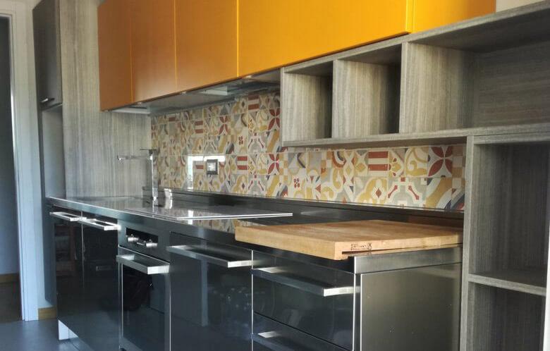 Una cucina multicolore e vivace
