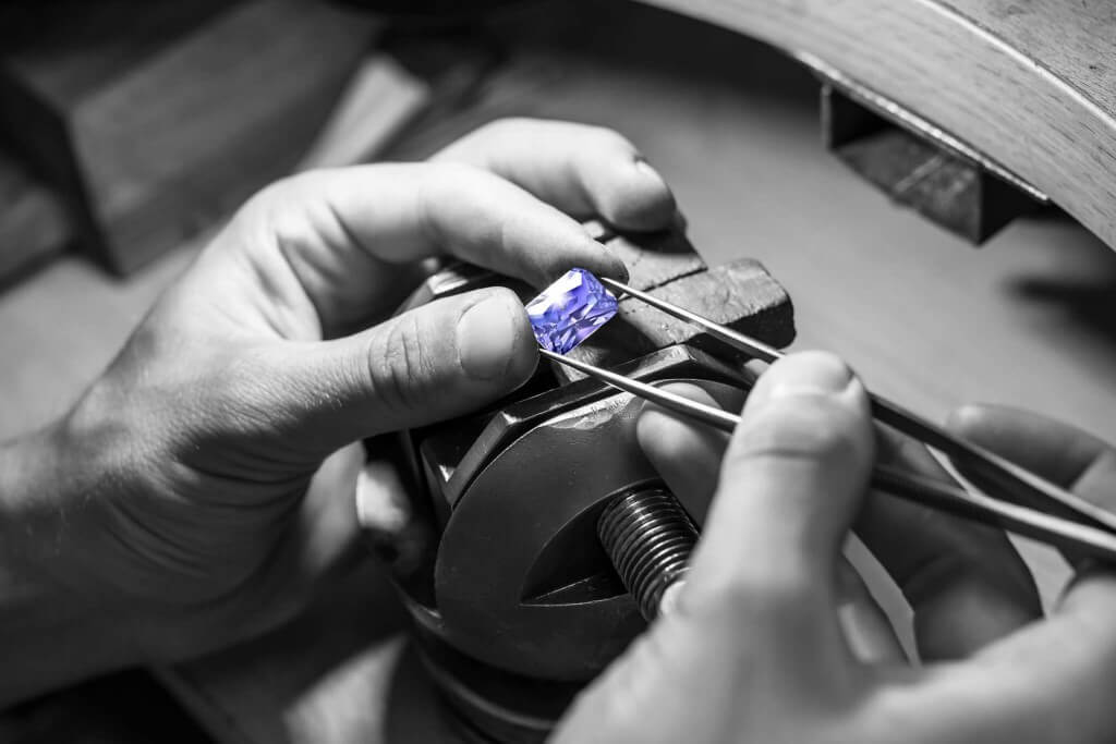 Local Singapore bespoke and customised Jeweller. Customised gemstone and diamond with wedding engagement ring, wedding bands, earring and pendant jewellery.