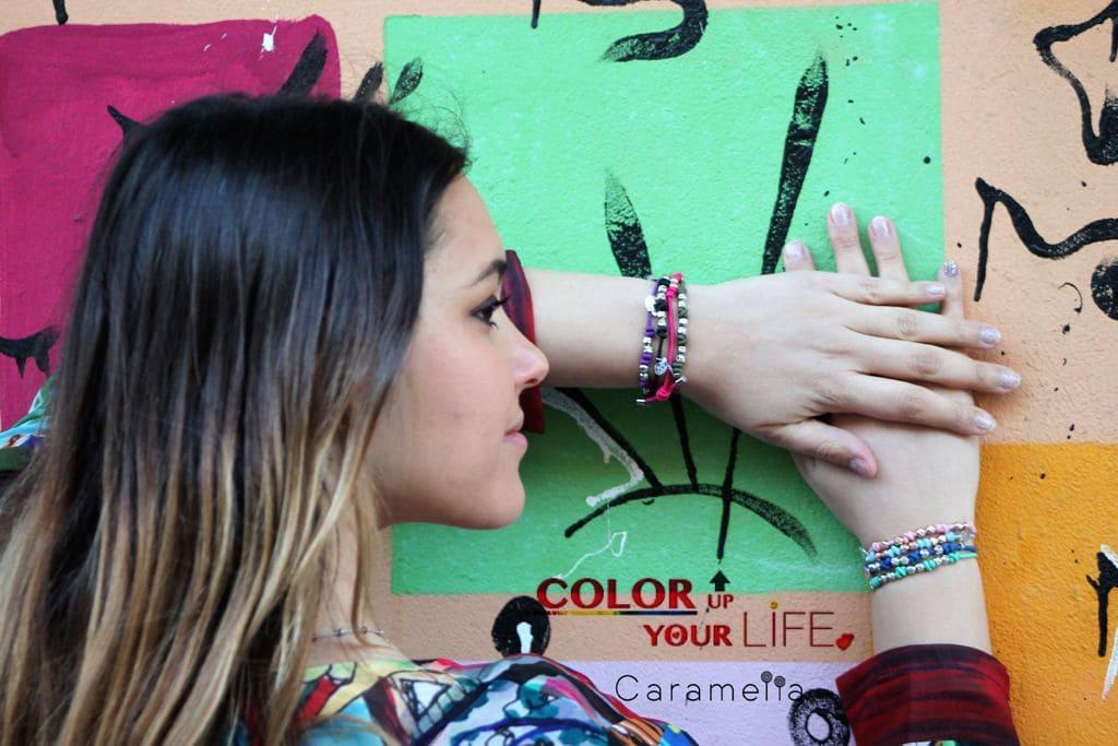 Ragazza che indossa gioielli Caramella colorati in argento della linea Hair