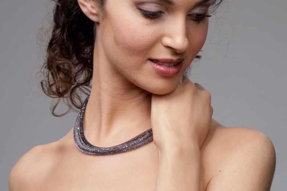 bracciale-collana-nera indossata