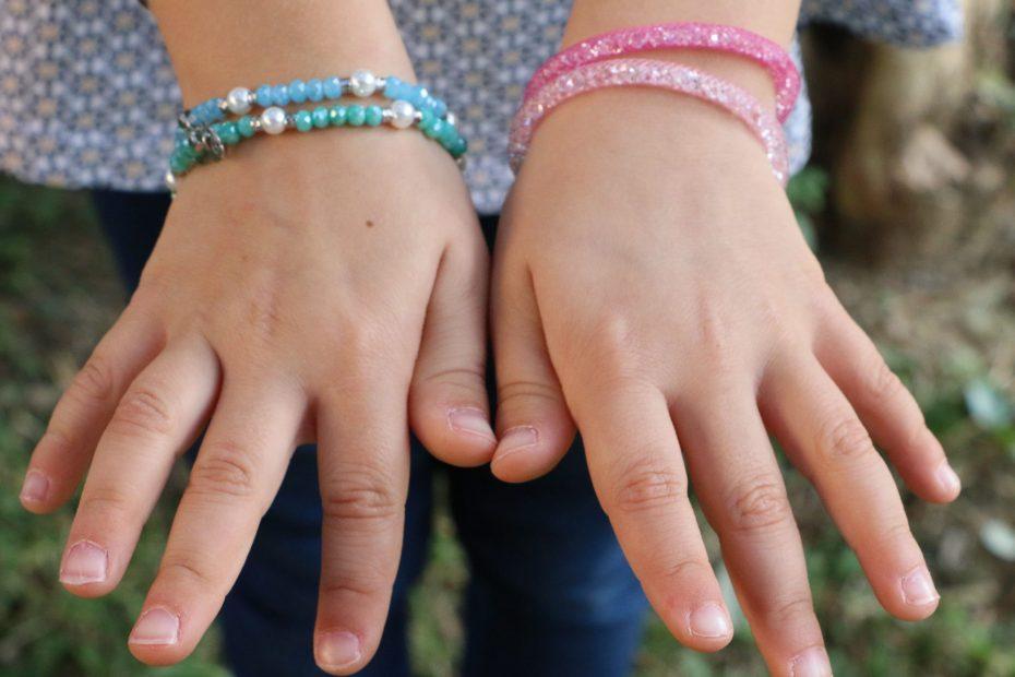 bracciali bambina argento 925 e colorati, indossati