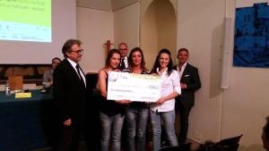 il presidente di Manifattura delle Idee BIAGIO CICCHETTI premia le terze classificate