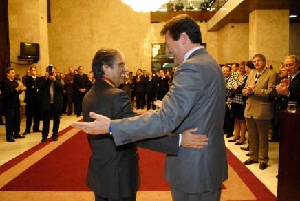 Giovani Cherini entrega medalha Mérito Farroupilha a Ayres Britto