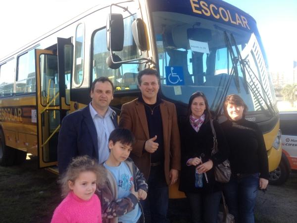 Deputado Giovani Cherini acompanha entrega oficial do ônibus escolar ao município de Boqueirão do Leão