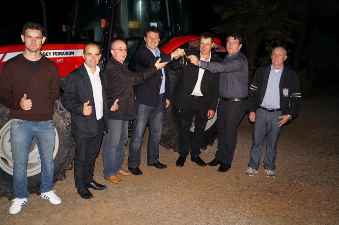 Giovani Cherini entrega trator no aniversário de Montauri