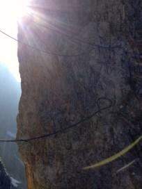 Über eine Seilbrücke überwindet man eine Spalte © Gipfelfieber.com