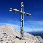 Das vorgelagerte Gipfelkreuz der Östlichen Karwendelspitze © Gipfelfieber.com