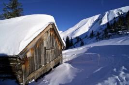 Eine Almhütte im Winterkleid © Gipfelfieber.com