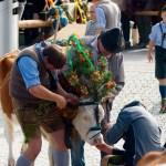 Anlegen des Kopfschmucks © Gipfelfieber.com