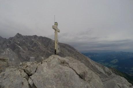 Gipfelkreuz und Watzmanngrat im Hintergrund ©Gipfelfieber