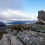 Steinmann über dem Fjord ©Gipfelfieber
