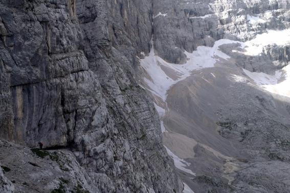 Der Vandelli-Klettersteig zieht sich eindrucksvoll durch die Steilwand der Croda del Fogo ...