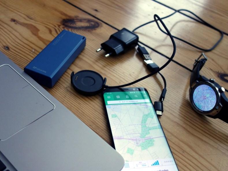 Meine Technik zur GPS-Navigation: Laptop, Smartphone, Smartwatch, Powerbank und Ladekabel