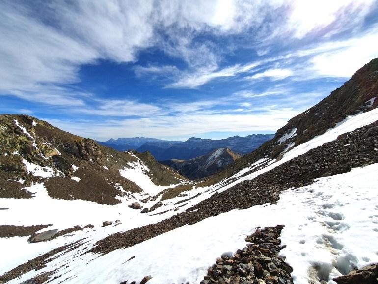 Steile Schotterpiste mit Schneefeldern an der Südflanke des Pico del Chinipro