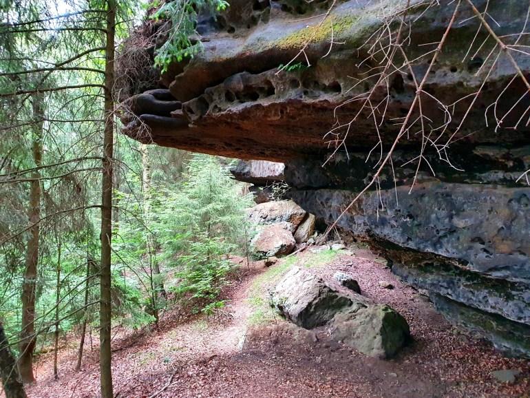 Pfad an den Felsen vom Kleinen Zschirnstein entlang